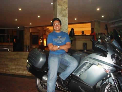 Rico bersama motor Kawasaki GTR 1400 di depan hotel Dinasti, Purwokerto